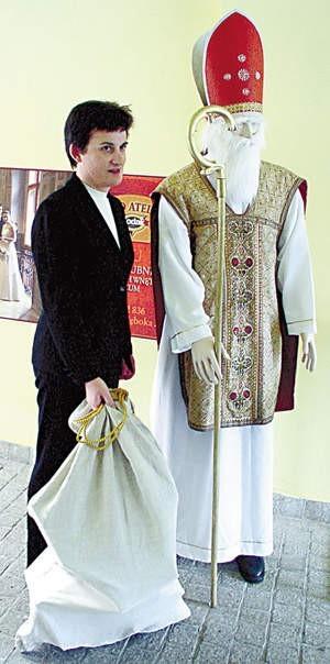 Irena Adamczyk mówi, że każdy, kto chce wyglądać jak prawdziwy św. Mikołaj powinien założyć biskupi strój.  Fot. WOJCIECH TRZCIONKA