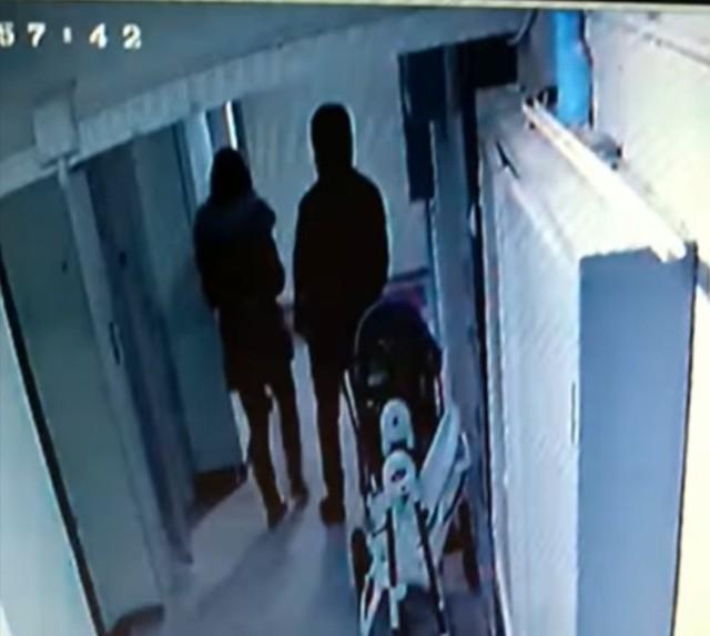 Policja otrzymała film z kamery monitoringu umieszczonej na klatce schodowej jednego z bloków na Bałutach. Na nagraniu widać parę młodych ludzi, która pojawia się na klatce. Zakapturzony mężczyzna stoi na tzw. czatach, a jego wspólniczka chwyta po kolei za wszystkie klamki mieszkań na tym piętrze.     ZOBACZ ZDJĘCIA, CZTAJ WIĘCEJ