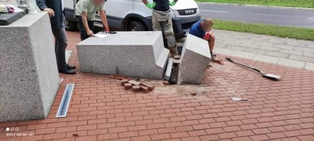 Bus staranował część pomnika Lecha Kaczyńskiego na alei Wojska Polskiego