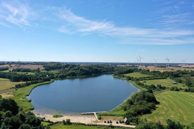 Na terenie Gminy Postomino znajdują się również dwa mniejsze jeziora; Pieńkowo i Marszewo.  Jezioro Marszewo [na zdjęciu] to malowniczo położony polodowcowy akwen we wschodniej części gminy, niedaleko wsi o tej samej nazwie, z czystą wodą, piaszczysta plażą i pomostem. Zlewnia jeziora i zbiornik wykazują wysoki potencjał przyrodniczy. Maksymalna głębokość jeziora wynosi 24 m.  Jez. Pieńkowo, zlokalizowane między Pieńkowem a Postominem, zatopione w parkowej zieleni jest najmniejszym jeziorem gminy. Mimo piaszczystego dna nie odgrywa większej roli turystycznej. Jest jednak niezastąpione dla miłośników wędkarstwa.