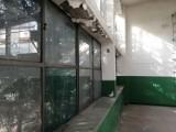 Odrapana rudera straszy w centrum Goleniowa. Zobacz, jak wygląda w środku