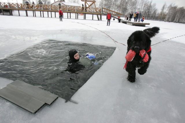 Ćwiczenia na zamarzniętym jeziorze.