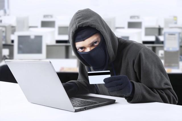 Jeżeli klient zgłosi nieautoryzowaną transakcję, bank powinien niezwłocznie zwrócić mu utracone pieniądze - przypomina RF