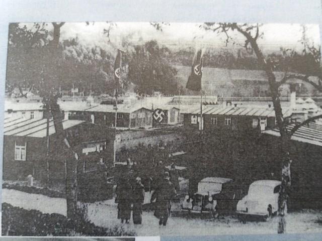 Samochody Hitlera i jego świty przed barakiem - taka zwykła gospodarska wizyta w Pniewie.