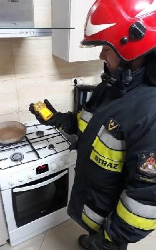 Czad to postępny zabójca - nie ma zapachu. Z detektorem tlenku węgla młodszy aspirant Radosław Szeffs z KP PSP w Chełmnie