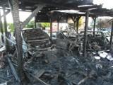 Czchów. Pożar trzech samochodów osobowych, przyczepy kempingowej i wiaty [ZDJĘCIA]