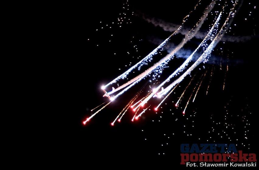 Night Air Show to akrobacje samolotów z wykorzystaniem...