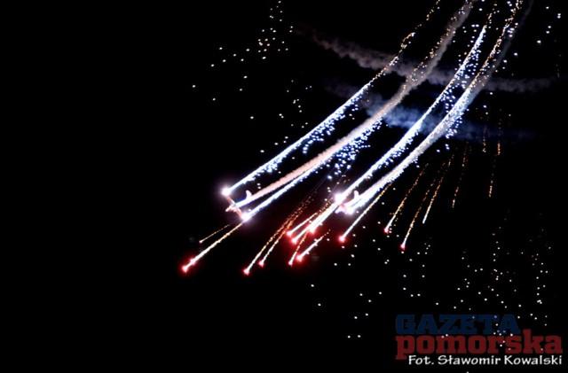 Night Air Show to akrobacje samolotów z wykorzystaniem materiałów pirotechnicznych i światła. Pokaz odbył się w piątkowy wieczór na bulwarze filadelfijskim. Kto nie dotarł w piątek ma jeszcze szanse obejrzeć sobotni pokaz.   Wideo: Skyway Festival 2016.