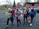 """Wolontariusze """"Serca na dłoni"""" przekazali prezenty świąteczne swoim podopiecznym"""