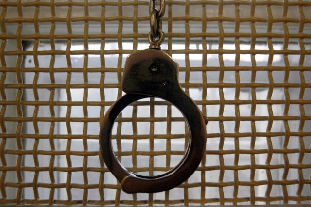 O sytuacji pokrzywdzona poinformowała braniewskich policjantów, którzy po kilkunastu minutach od zgłoszenia zatrzymali jednego z podejrzanych. 20-letni Mateusz K. usłyszał zarzut usiłowania rozboju i został aresztowany na trzy miesiące.  Zobacz też: Spotkanie z Tomaszem Sekielskim w Olsztynie [ZDJĘCIA]