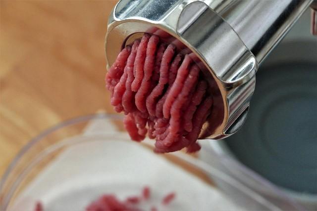 Każdy z nas kiedyś miał styczność z mięsem mielonym, ale nie każdy wie, jak z nim postępować. Oto 6 najgorszych błędów, jakie popełniamy!