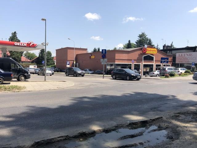 Aby wjechać z ul. Kraszewskiego w ul. Pełkińską będzie trzeba skręcić w prawo, w łącznik położony między stacją paliw a Biedronką.