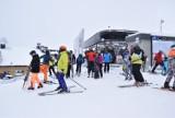 Narciarze szaleją na otwartych stokach Szczyrku, Wiśle, Istebnej. Jak zachować dystans? Tłumy turystów szturmują wyciągi narciarskie Beskidy