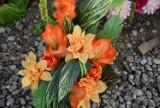 Wszystkich Świętych. Wiązanki na cmentarz ze sztucznych kwiatów na giełdzie samochodowej w Rzeszowie [ZDJĘCIA]