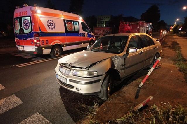 Do zderzenia doszło przed godziną 22 na skrzyżowaniu Brzezińskiej z Grabińską. Zderzyły się dwa samochody. Kierowca seicento jadąc ulicą Grabińską nie ustąpił pierwszeństwa i wjechał wprost pod jadącego ul. Brzezińską, rovera.   Po zderzeniu, rover zatrzymał się kilka metrów dalej na słupie. Kierowca rovera został opatrzony w karetce na miejscu, a jego żonę w siódmym miesiącu ciąży, zabrano do szpitala.