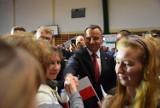 Prezydent RP Andrzej Duda w Herbach. Spotkał się z mieszkańcami w hali sportowej Zespołu Szkolno - Przedszkolnego ZDJĘCIA