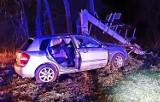 Auto rozbite, betonowy słup złamany, ranna kobieta w szpitalu. Nocny wypadek w Męcinie