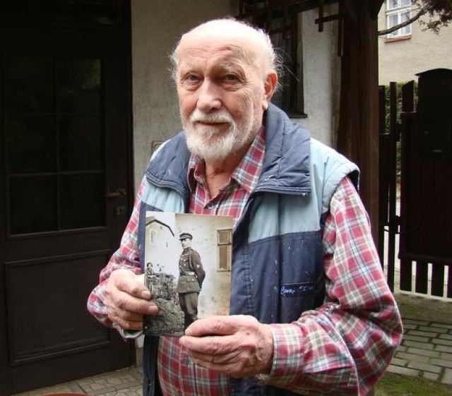 Mieczysław Jakuczek pokazuje zdjęcie swojego ojca Jana Jakuczka rozstrzelanego w Auschwitz
