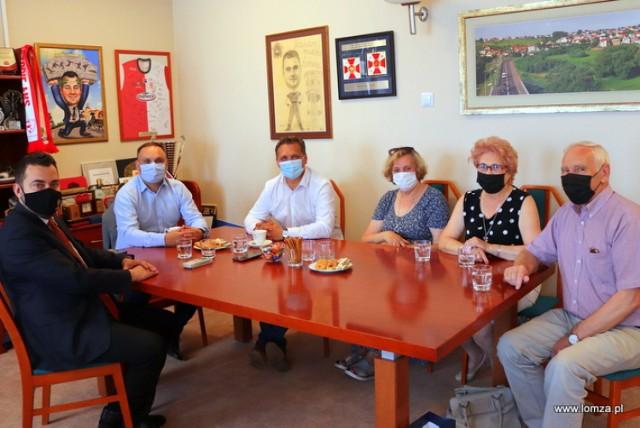 seniorzy na spotkaniu z prezydentem Mariuszem Chrzanowskim oraz radnymi Marcinem Dębkiem i Arturem Nadolnym w sprawie zmiany siedziby Klubu Seniora