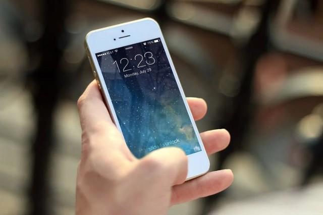 Oszust przekonał poszkodowanego do zamontowania zdalnego pulpitu w swoim telefonie.