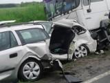 Koszmarny wypadek na DK15. W Wymysłowie zderzyły się trzy samochody osobowe i ciężarówka. Skoda została zmiażdżona