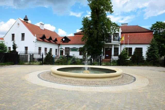 Aleja Lipowa z dworkiem i fontanną w Mostach. Do zamkniętego dziś dworku ziemiańskiego z XVIII w. znajdującego się w Mostach prowadzi aleja, którą tworzy 40 lip. Przed dworkiem znajduje się fontanna oraz 250-letni kasztanowiec
