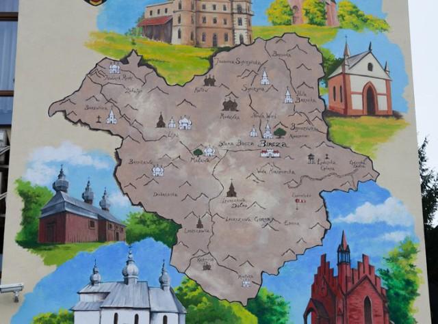 Mural z mapą atrakcji turystycznych w Birczy.