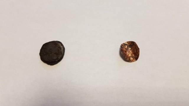 """Łęczycki zamek i jego najbliższe okolice ciągle skrywają wiele tajemnic. Wczoraj (21 lipca) podczas przebudowy drogi krajowej nr 91 ekipy remontowe odkryły kolejne ciekawe znalezisko, które świadczy o długiej i bogatej historii tego regionu.   Obok zamku znaleziono dwie monety. Jedna (ciemniejsza) to denar rzymski (tzw. denar limesowy), który  może pochodzić z drugiej połowy II wieku. Natomiast mniejsza miedziana moneta, to tzw. """"boratynka"""" bita po potopie szwedzkim w czasach Jana Kazimierza. Jak informują pracownicy z łódzkiego oddziału Generalnej Dyrekcji Dróg Krajowych i Autostrad po przeprowadzeniu konserwacji obie monety trafią do muzeum zamkowego w Łęczycy.  Czytaj dalej na kolejnym slajdzie: kliknij strzałkę """"w prawo"""", lub skorzystaj z niej na klawiaturze komputera."""