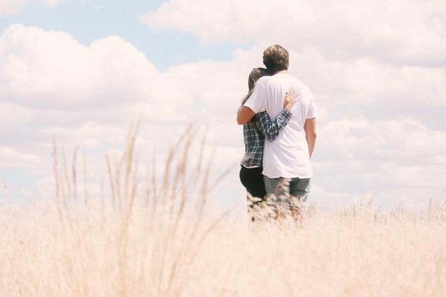 Mówi się, że czyny znaczą więcej niż słowa. Ma to szczególne znaczenie w związkach, często bowiem słowa używane są jako romantyczny substytut działań. Przekonaj się, które zachowania i oznaki świadczą o tym, że twój partner jest tą wyjątkową osobą, o której możesz myśleć przyszłościowo.