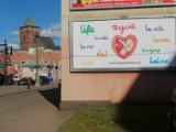 """Nowa wersja """"antyaborcyjnego"""" billboardu w centrum Goleniowa. Życie w wielu językach"""