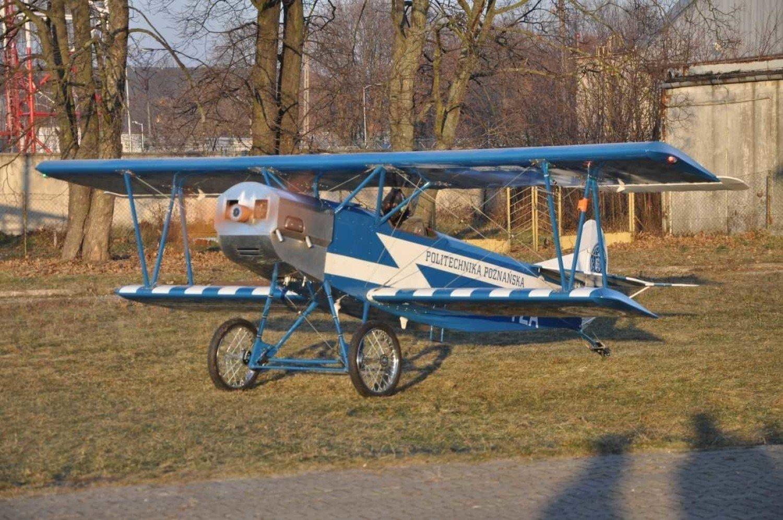 Teraz trzy samoloty wyglądające jak fokkery z I wojny światowej, są jeszcze badane w locie. Jeśli pogoda pozwoli, to próby te zakończą się do połowy maja. Dwa z nich noszą malowanie wzorowane na samolotach wojskowych wielkopolskiego lotnictwa, a trzeci – oznakowanie całkowicie cywilne Politechniki Poznańskiej.