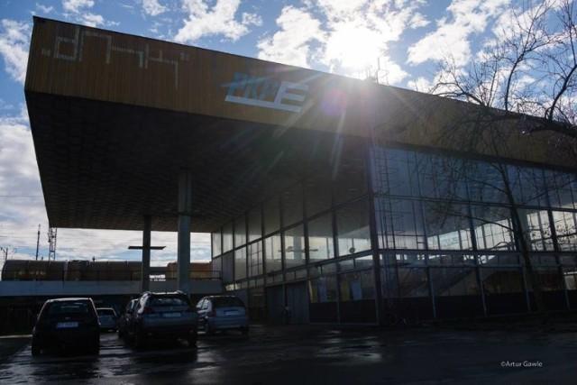 Dworzec w Mościcach od 2012 roku jest zamknięty na cztery spusty i niszczeje. Podróżni nie mogą z niego korzystać. Teraz będzie zabytkiem?