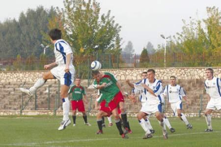 Piłkarze gospodarzy (zielono-czerwone stroje) w tym sezonie wygrali już przed własną publicznością czwarte spotkanie.