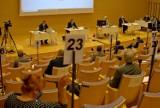 Sesja Rady Miasta Gdyni w gorącej atmosferze i z dodatkowymi środkami ostrożności. Spór między władzą, a opozycją o płatne parkowanie