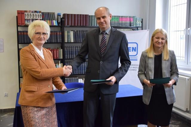 Umowę o nieodpłatne użytkowanie pracowni dydaktycznej w roku szkolnym 2021/2022 podpisał Dariusz Stępczyński, dyrektor placówki w Przybranowie.
