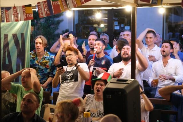 6.07.2021. Włoscy kibice w Katowicach na ulicy Mariackiej w czasie półfinału Euro 2020: Hiszpania - Włochy.  Zobacz kolejne zdjęcia. Przesuwaj zdjęcia w prawo - naciśnij strzałkę lub przycisk NASTĘPNE