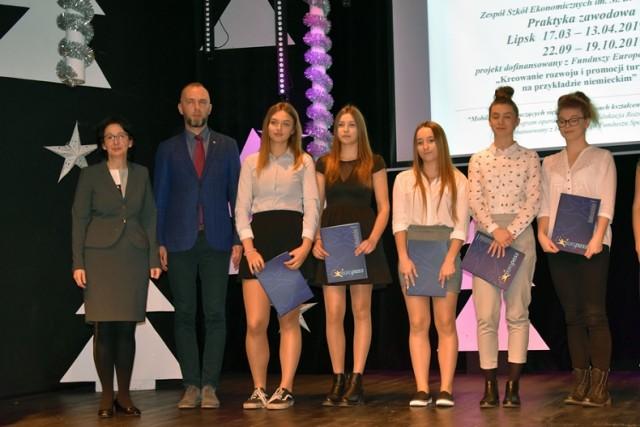 Uczniowie Zespołu Szkół Ekonomicznych z certyfikatami w Legnicy.