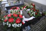 Wieńce i znicze na grobach ofiar katastrofy smoleńskiej w 11 rocznicę tragedii, także w Będzinie