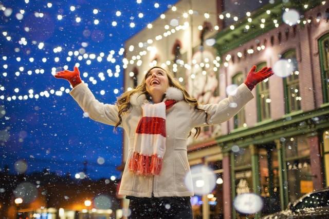 Choć do świąt Bożego Narodzenia zostało jeszcze sporo czasu, to jak pokazują statystyki Spotify – największej platformy streamingowej do słuchania muzyki na świecie – świąteczny klimat czujemy już teraz. Jakich piosenek świątecznych Polacy słuchają najczęściej? O tym więcej w naszej galerii!