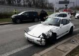 Wrocław. Porsche rozbite na rondzie przy AOW (ZOBACZ ZDJĘCIA)