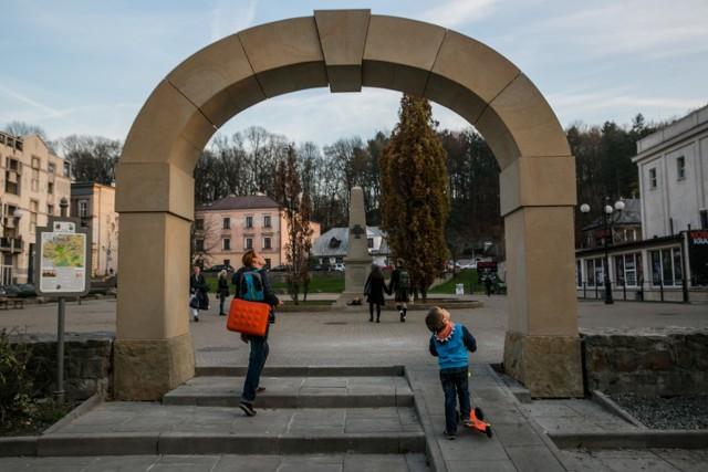 Tak wygląda budząca kontrowersje symboliczna brama na placu
