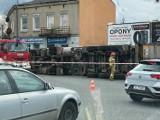Ciężarówka przewróciła się na Rondzie Edwardsa w Częstochowie. Kierowca prawdopodobnie zostanie ukarany za złe zabezpieczenie ładunku