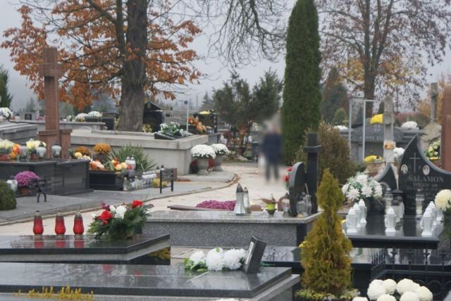 Jak wyglądał cmentarz w Busku-Zdroju 1 listopada 2020? Wszystkich Świętych 2020 - ten dzień przejdzie do historii. Po raz pierwszy nie mogliśmy odwiedzić 1 listopada grobów bliskich. To w związku z decyzją rządu o zamknięciu cmentarzy od 31 października do 2 listopada, by chronić ludzi przed rozprzestrzenianiem koronawirusa.  Jednak w Busku-Zdroju był on otwarty. Zamknięte były jedynie główne bramy, jednak furtki już nie. W związku z tym niektórzy zlekceważyli zakaz i wchodzili, by zapalić znicze na grobach swoich bliskich. Jednak takich osób nie było ich dużo.   >>>Więcej zdjęć na kolejnych slajdach.