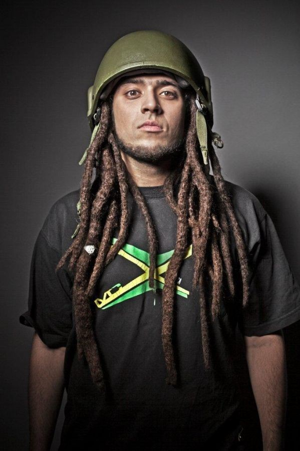"""""""Jestem stąd"""" to drugi w dorobku, solowy krążek Mesajah, który w swojej autorskiej twórczości wykorzystuje reggae, dancehall, drum'n'bass i hip-hop, pozostając otwartym także na wpływy innych gatunków. – Moja muzyka nie jest czystym reggae, ale autorskim miksem, który można nazwać moim osobistym modern roots – opowiada Mesajah. – Poza gatunkami ściśle powiązanymi z reggae, ważną inspiracją są dla mnie także brzmienia soulu, bluesa czy salsy – dodaje. Taki właśnie charakter ma jego najnowszy album zatytułowany , którego oficjalna premiera już 15 lutego.   Teksty utworów zawartych na płycie """"Jestem stąd"""" stanowią komentarz społeczny Mesajah – są to czasem krytyczne, a czasem pozytywne opinie dotyczące świata i relacji międzyludzkich. Momentami to bardzo osobiste wyznania zainspirowane jego prywatnymi doświadczeniami. – Wielokrotnie zmagałem się w swoim życiu z brakiem tolerancji i musiałem udowadniać, że wbrew pozorom wcale nie jestem obcy. Postanowiłem te emocje i wspomnienia wyrzucić z siebie w formie utworu – wyznaje Mesajah."""