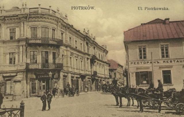 """HOTEL KRAKOWSKI – pl. Kościuszki 7 był jednym z najmniejszych i najdłużej działających piotrkowskich hoteli. Powstał około 1850. Hotel kusił klientelę składem win importowanych bezpośrednio, koniaków kuracyjnych, likierów i wyrobów wódczanych, krajowych i zagranicznych, towarami kolonialnymi, serami krajowymi i zagranicznymi. Hotel Krakowski był obiektem w pełni zelektryfikowanym. W latach 30 XX stulecia Hotel Krakowski uznawany był za najprzedniejszy obiekt w mieście. Nie tylko posiadał własną cukiernio-kawiarnię i restaurację z dancingiem, ale również, niczym słynne stołeczne hotele, w każdym z pokoi miał zainstalowaną wannę, a podróżującym własnym automobilem zapewniał także garaż. Dodatkowo dla gości obsługa hotelowa sprowadzała czasopisma i ilustracje krajowe i zagraniczne, ponadto oferowano również możliwość gry w brydża lub bilard. Od samego hotelu niemniej słynna była jego restauracja, zajmująca niemalże cały parter budynku. Początkowo zwana tak jak hotel- Krakowską, później jednak już """"Kaczym Dołkiem"""" oraz """"Bajką"""".  W menu restauracji przez lata prym wiódł kulebiak z grzybami i dania z kaczki, a do stałych bywalców zaliczał się m.in. znany mecenas Klejna, obrońca Damazego Macocha. Jak wszystkie prywatne piotrkowskie hotele tak i Krakowski spotkał tragiczny finał wraz z nastaniem II wojny światowej. Hotel przestał istnieć."""
