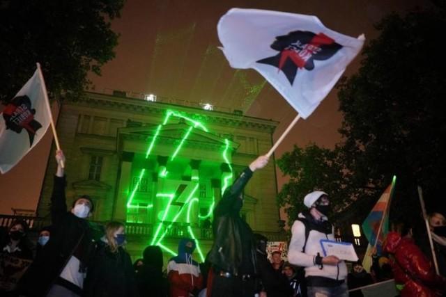 Były radny z Poznania chce usunięcia symbolu Strajku Kobiet z budynku miejskiego Arkadia przy placu Wolności