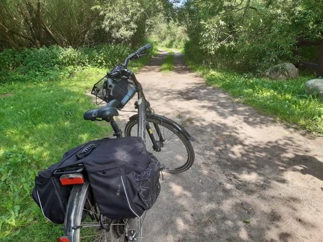 Zamiast narzekać, że ze Słupska do Ustki rowerem dojechać się nie da, gdyż trasa wzdłuż drogi jest niebezpieczna, proponujemy drogę alternatywną. Z daleka od ruchliwej szosy, zróżnicowaną, z pięknymi widokami na trasie i mało wymagającą. Dostępną dla każdego rowerzysty amatora. Ciekawi? No to w drogę!