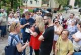 Protest przeciwko budowie blokowiska w Łodzi. Mieszkańcy Bałut protestują przeciw budowie na terenie byłego gimnazjum