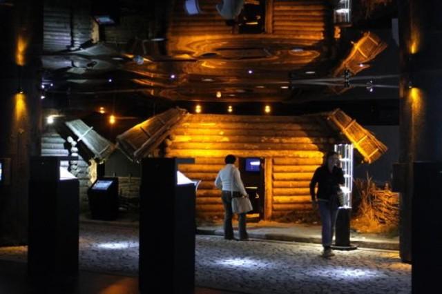 Podziemia Rynku Jest to oddział Muzeum Historycznego Miasta Krakowa znajdujący się pod wschodnią częścią płyty Rynku Głównego. Zajmuje powierzchnię ponad 6 tys. m², z czego rezerwat archeologiczny - blisko 4 tys. m². Miejsce to jest idealne dla tych osób, które interesują się historią miasta. W muzeum znajdują się wszelkiego rodzaju eksponaty i przedmioty codziennego użytku z XI w.  Cena biletu: Bilet normalny 28 zł; w każdy wtorek wstęp jest ZA DARMO! Adres: Rynek Główny 1