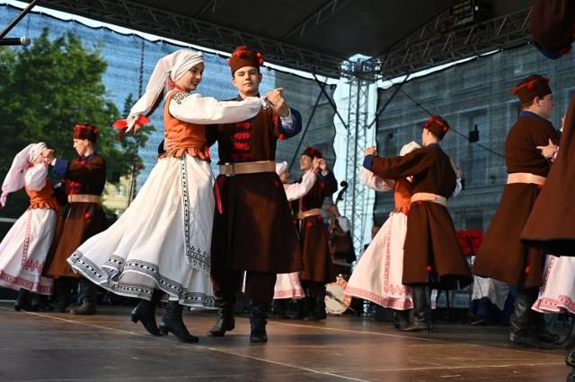 """Zespół Pieśni i Tańca """"Lasowiacy"""" wykonujący suitę lasowiacką w ludowych lasowiackich strojach"""